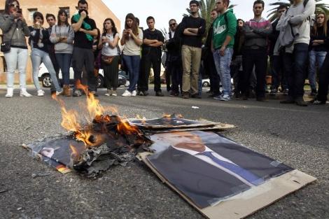 Estudiantes de Valencia queman fotografías del ministro José Ignacio Wert. | José Cuéllar