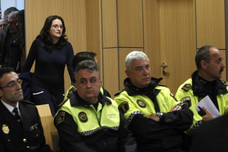 Mónica Oltra, de pie, durante la primera sesión del juicio. | José Cuéllar