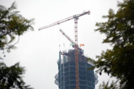 Las banderas de Andalucía y España ondean sobre el rascacielos. | J. Morón
