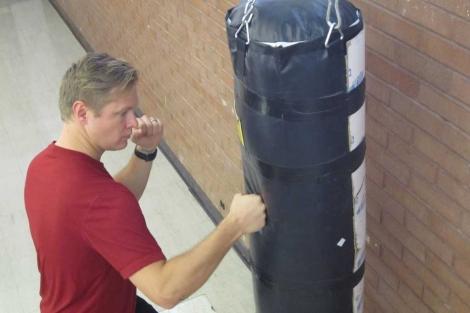 Un estudiante de Medicina se entrena con un saco de boxeo. | Lee J. Siegel/Universidad de Utah.