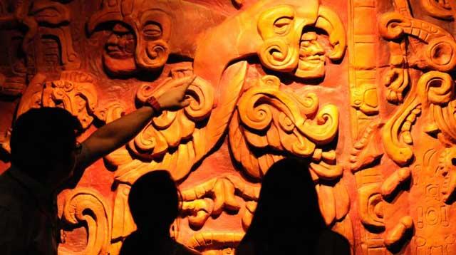 Visitantes delante de una obra maya en el Museo de la Identidad Nacional de Tegucigalpa (Honduras).   AFP