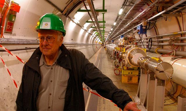 Peter Higgs, en el túnel del acelerador de partículas del CERN en Ginebra.   CERN
