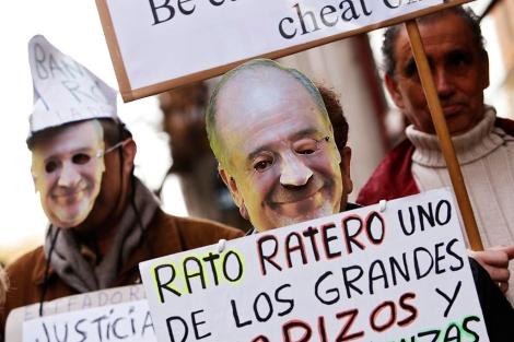 Protestas contra Rodrigo Rato y Bankia.   Foto: Reuters [VEA MÁS IMÁGENES]
