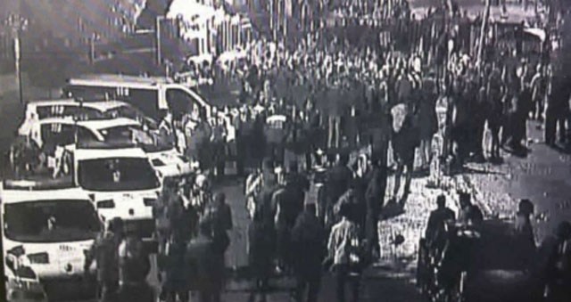 Cinco coches de Policía, en pleno 'botellón' a la entrada del Arena la noche de Halloween.