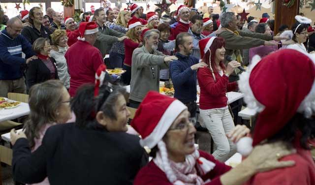 Comida solidaria de Navidad en un colegio de Valencia.   Benito Pajares