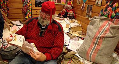 Papá Noel lee las miles de cartas que recibe en Drobak (Noruega). | J. Magnus