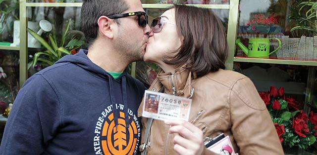Noelia y Luis, dos parados agraciados con el premio 'Gordo' en Alcalá de Henares. | Paco Toledo