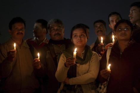 Activistas encienden velas por la última joven violada en Nueva Delhi. | Efe
