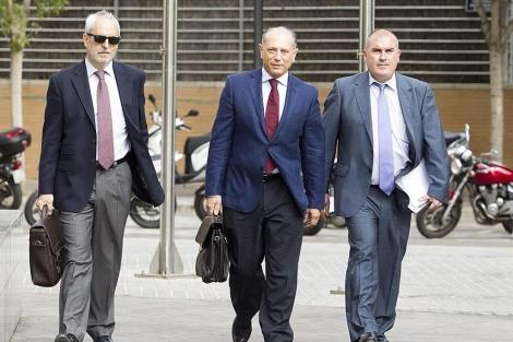 Enrique Crespo (centro) accediendo a la Ciudad de la Justicia | Benito Pajares