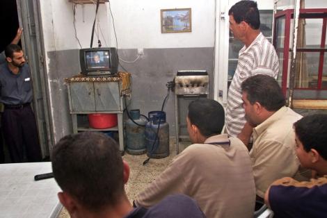 Palestinos ven la televisión en un restaurante del campo de refugiados de Shati (Gaza).