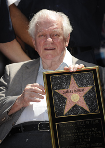 Durning, en 2008, con una réplica de su estrella del paseo de la Fama.   Reuters