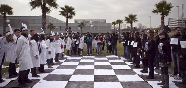 Los trabajadores sanitarios simulan la partida de ajedrez que mantienen con el Gobierno.| Alberto di Lolli