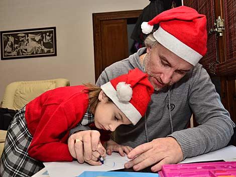 Nadia, la niña con tricotiodistrofia posa junto a su padre. | Alberto Vera