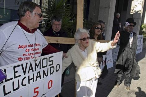 Los afectados, protestando en Alicante este jueves. | Efe