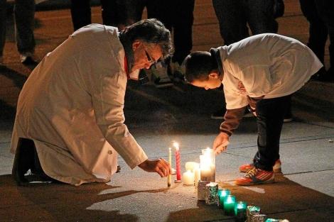 Defensores de la Sanidad pública encienden un 'lazo de velas' contra su privatización | Kote Rodrigo.