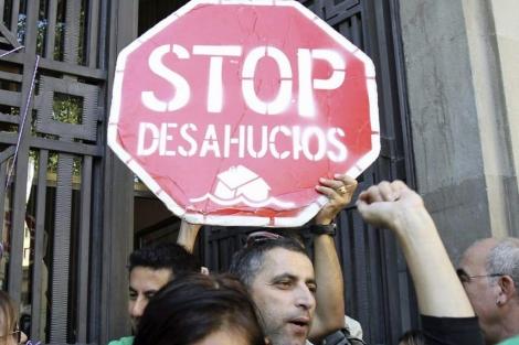Varias personas se manifiestan en contra de los desahucios. | Efe