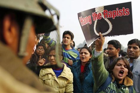Un cartel que pide ahorcar a los violadores, en una protesta en la capital.| Ap