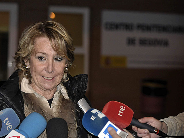Esperanza Aguirre hace declaraciones a la prensa a las puertas de la cárcel de Segovia. | Efe