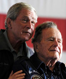 George W. Bush y su padre. | Reuters