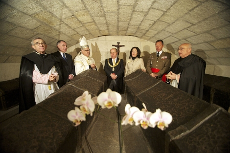 Autoridades civiles y religiosas, ante las tumbas de los Reyes Católicos.   J. G. Hinchado