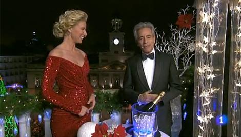 Anne Igartiburu e Imanol Arias, durante la retransmisión de las campanadas. | RTVE