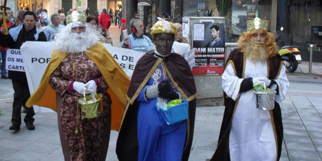 Los Reyes Magos se aproximan a una de las sucursales de Novagalicia. | E.M.