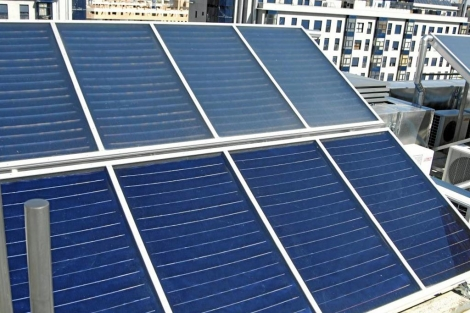 Placas solares en la azotea de un bloque de pisos del Ensanche de Vallecas (Madrid) .   EM