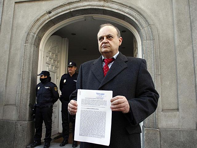 El abogado Miguel Ángel Miralles muestra la querella antes de presentarla en el Supremo. | Javier Barbancho