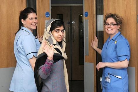 Malala, se despide en el hospital británico.  Reuters