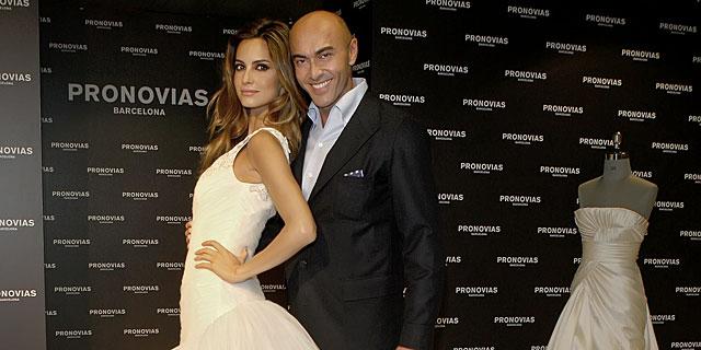 El diseñador, con Ariadne Artiles. | Pronovias MÁS IMÁGENES