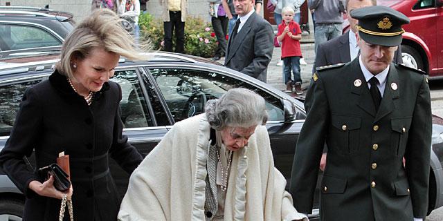 La reina Fabiola, con Matilde de Bélgica en el entierro de la condesa de Lannoy.   Gtres
