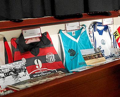 Camisetas antiguas de clubes sevillanos de balonmano. | Jesús Morón
