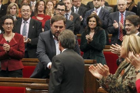 Mas y Junqueras se saludan en la sesión de investidura. | Domènec Umbert