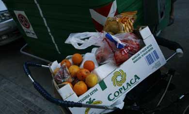 Comida desechada por un supermercado en Mallorca.|Jordi Avellá.