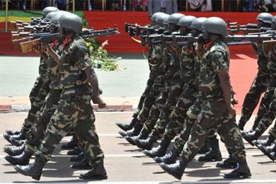 Militares malieneses durante una parada militar.  Afp