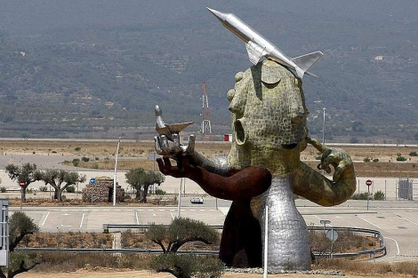 Escultura de Ripollés en el aeropuerto sin aviones de Castellón | E.M.