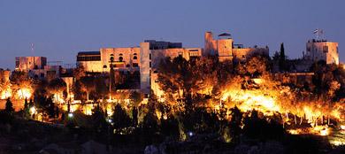 El hotel Castillo de Monda iluminado. | ELMUNDO.es