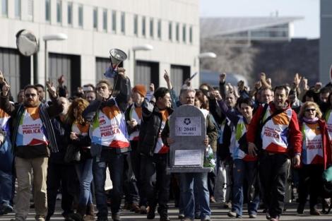 Los trabajadores de Telemadrid se han concentrado en la televisión tras recibir las cartas de despidos. | Alberto di Lolli