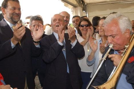 Rajoy y Fraga aplauden a Baltar en unos de sus improvisados conciertos. | Efe