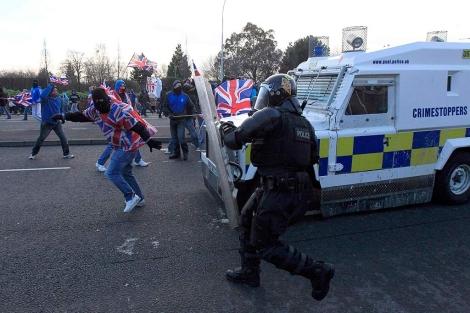Manifestantes 'lealistas' se enfrentan a la policía. | Reuters/Cathal McNaughton