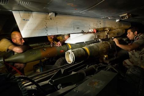 Soldados franceses cargan uno de sus aviones con misiles.| Afp/ Ecpad
