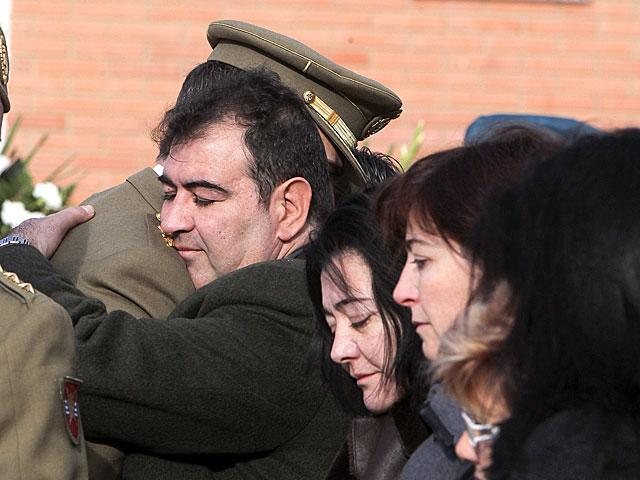 El Príncipe abraza a uno de los hermanos del sargento, en Zaragoza. | J. Cebollada / Efe