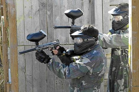Dos jóvenes con armas de 'paintball' en un pueblo de Málaga. | Carlos Díaz