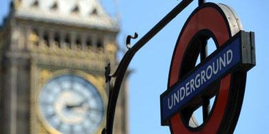 Señal de 'Metro' cerca del Big Ben de Londres. | Afp