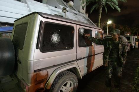Estado en el que quedó el vehículo del cónsul. | Afp