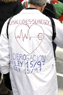 Uno de los 'batas blancas' participantes en la manifestación. | Efe