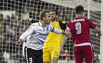 Soldado celebra uno de sus dos goles ante el Sevilla | Vicent Bosch