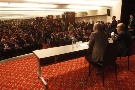 El ministro Wert y Francisco Rosell frente al público de la conferencia.   Jesús Morón