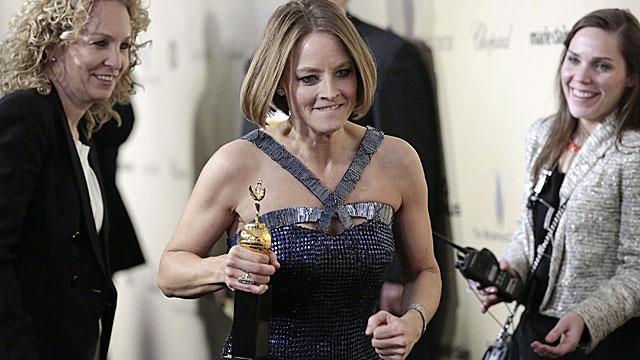 Jodie Foster (c), con su premio Cecil B. DeMille en una de las fiestas posteriores a los premios.   Reuters