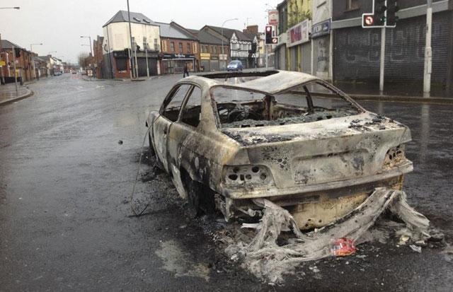 Coche calcinado en el barrio de Short Strand de Belfast.   Foto: Carlos Fresneda